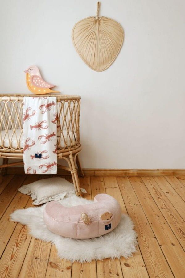 poduszka do karmienia pudrowy roz otulacz bambusowy lobster pink 1