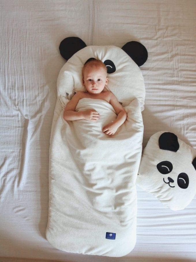 Chłopiec leżący w śpiworek biała panda S poduszka biała panda