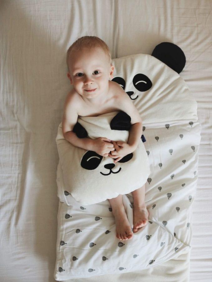 Śpiworek biała panda poduszka biała panda siedzący chłopiec