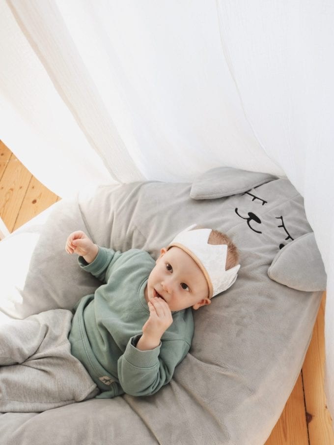 Puf szary zając - Chłopiec w koronie