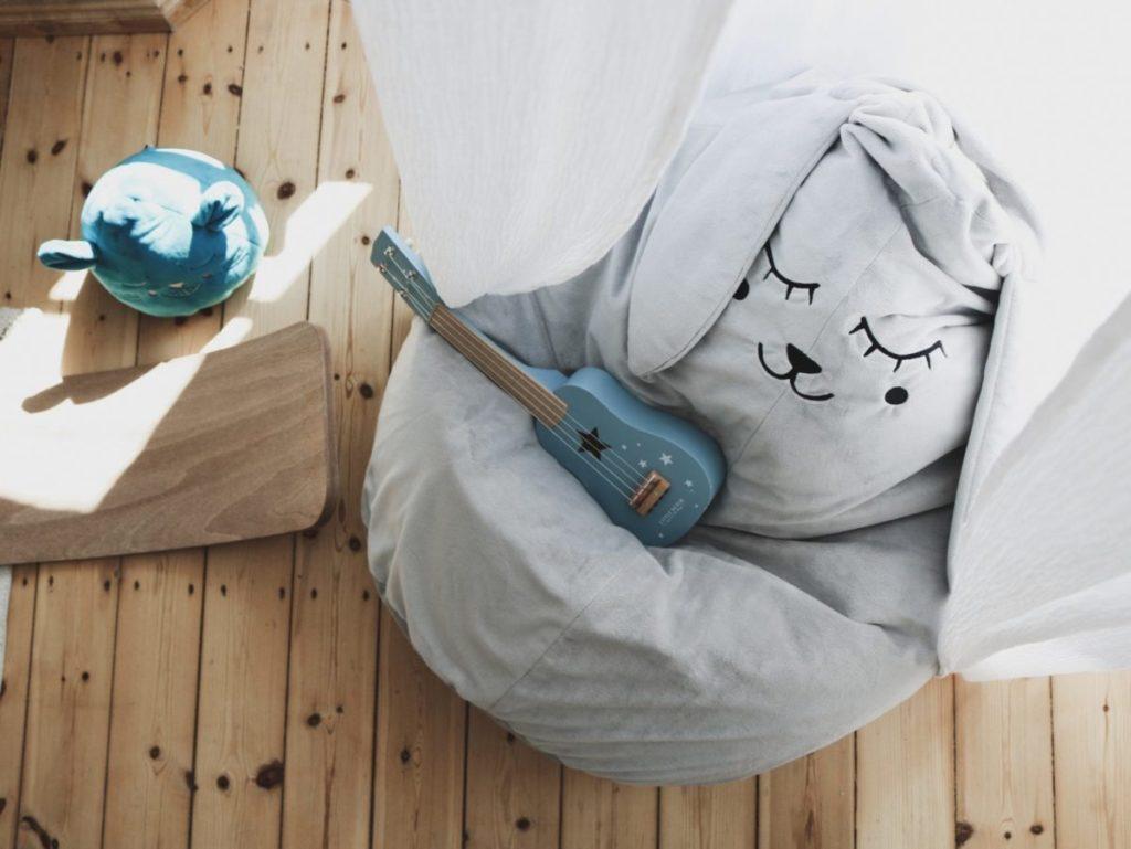 Puf szary zajac gra na banjo a slucha tego przytulanka morska foka