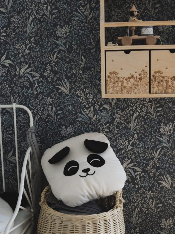Poduszka biała panda ujęcie ściany