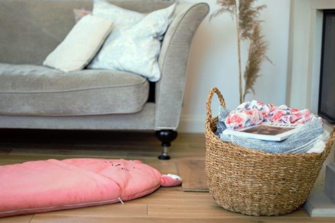 spiworek sleepover truskawkowy kotek s przy kanapie