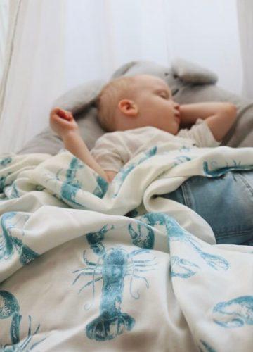 spiacy chlopiec