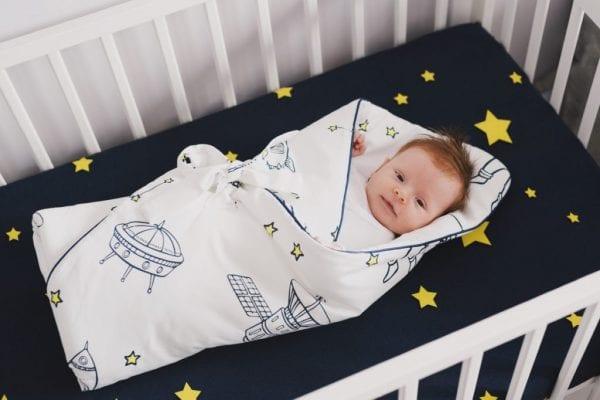 rozek kosmos jasny z dzieckiem w lozeczku
