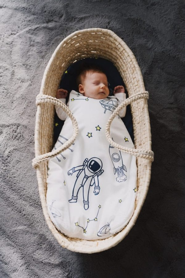 spiworek niemowlecy kosmos jasny z dzieckiem z gory