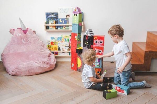 puf jednorozec dzieci z zabawkami