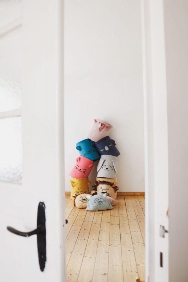 kosz na zabawki wszystkie za drzwiami