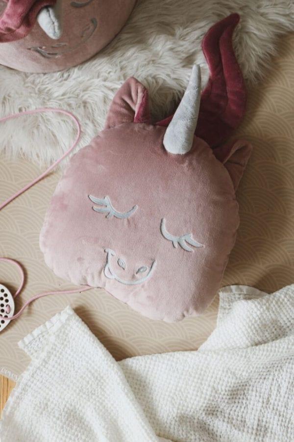poduszka pudrowy jednorozec na podlodze