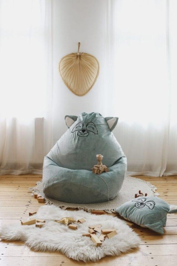 puf mietowy szop na dywanie i poduszka mietowy szop