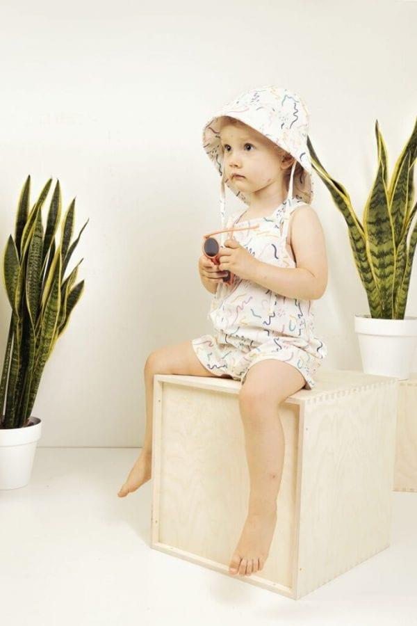 dziewczynka w spodenkach i kapeluszu z przed tylem zig zag