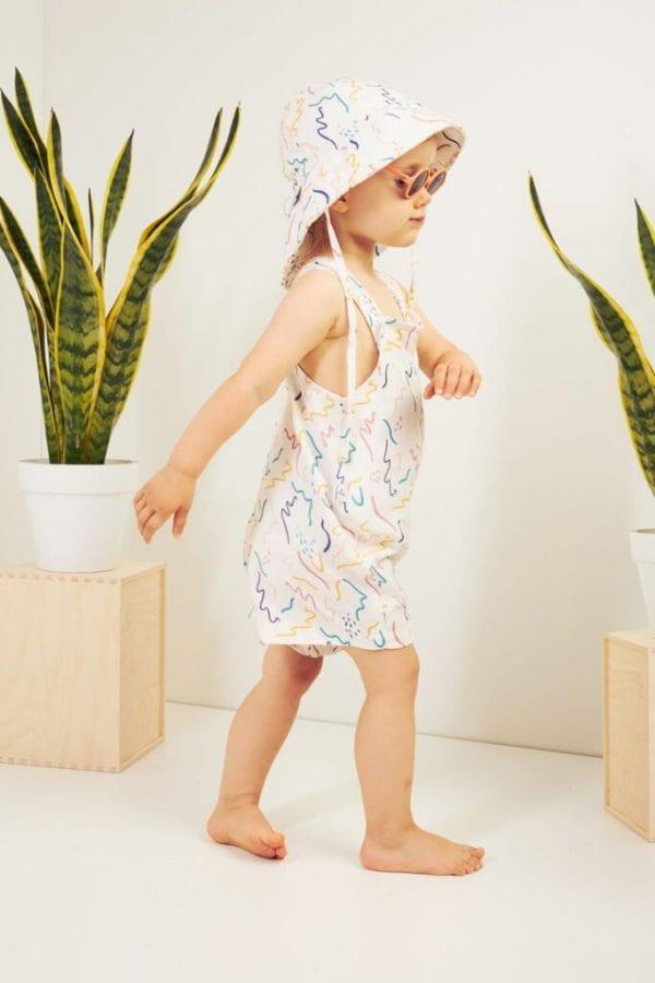 dziewczynka w spodenkach i kapeluszu z przedluzonym tylem zig zag