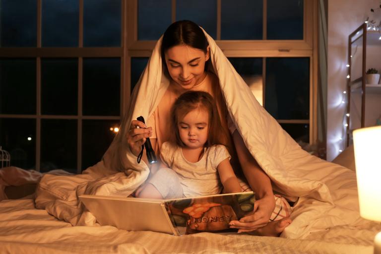 Czytanie na dobranoc. Czy warto czytać dziecku?