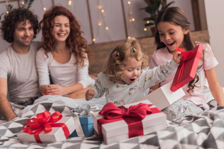 Jak zapakować prezent dla dziecka? Pomysł na zapakowanie prezentu