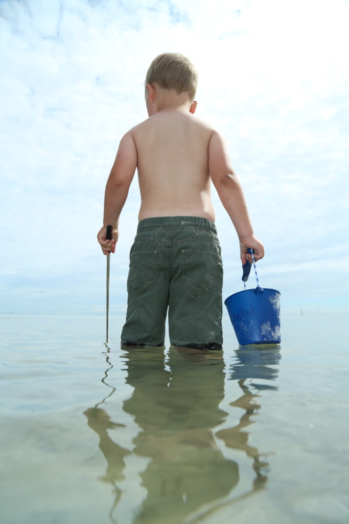 Silikonowe wiaderko do piasku i wody Scrunch Bucket – granatowe