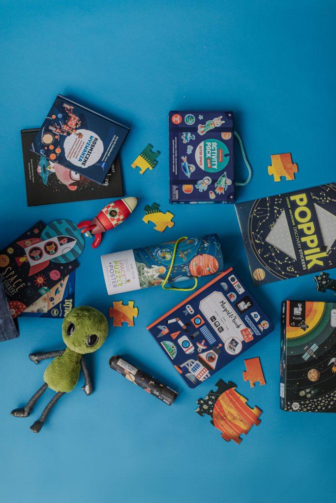 przytulanka , naklejki , puzzle , książki