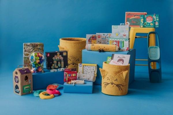 przyssawki, kosz na zabawki ,kreda, kolorowe kamyki ,klocki, stempelki
