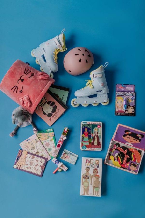 kosz na zabawki , rolki , tatuaże ,kask ,