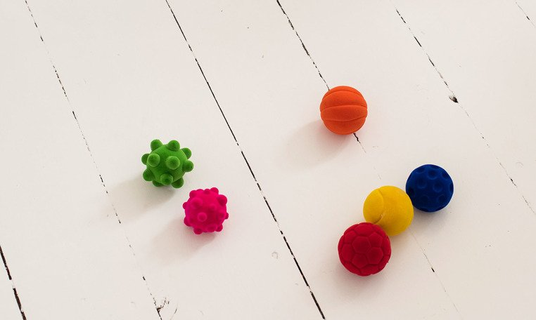 Piłka sensoryczna z mocną fakturą, różowe bąble od Rubbabu